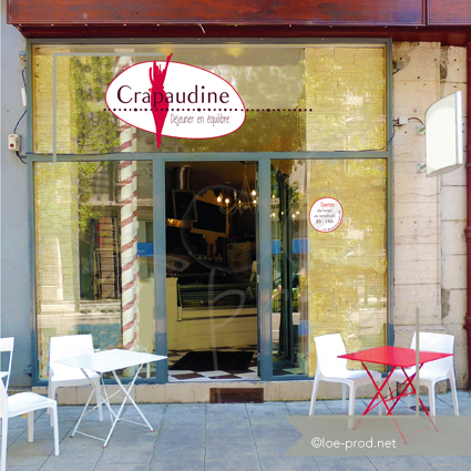 Vitrine et drapeau du restaurant Crapaudine